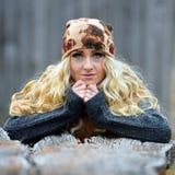 Belle jeune femme extérieure le jour d'automne Photographie stock libre de droits