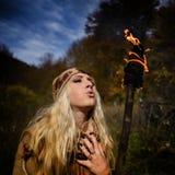 Belle jeune femme extérieure le jour d'automne tenant le torc brûlant Images libres de droits