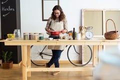 Belle jeune femme faisant cuire dans le magasin organique Photographie stock libre de droits