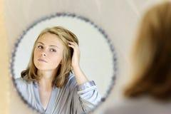 Belle jeune femme faisant des cheveux Photographie stock