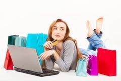 Belle jeune femme faisant des emplettes au-dessus de l'Internet Image libre de droits