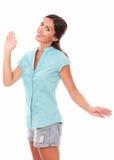 Belle jeune femme faisant des gestes une salutation Photo stock