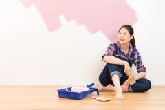 Belle jeune femme faisant la peinture de mur photographie stock libre de droits