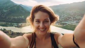 Belle jeune femme faisant le selfie dans les montagnes Image libre de droits