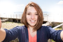 Belle jeune femme faisant le selfie des vacances Photo libre de droits