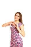 Belle jeune femme faisant un coeur d'amour avec des mains sur un blanc Photo libre de droits
