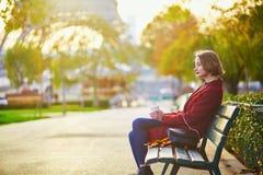Belle jeune femme française près de Tour Eiffel à Paris Photos libres de droits