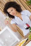 Belle jeune femme goûtant le vin blanc dans la cave photos libres de droits