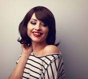Belle jeune femme heureuse avec les lèvres rouges de terre de cheveux courts ooking photographie stock libre de droits