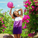 Belle jeune femme heureuse extérieure Image libre de droits