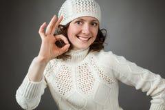 Belle jeune femme heureuse montrant le signe CORRECT Photos libres de droits