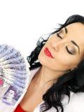 Belle jeune femme hispanique riche heureuse tenant l'argent Photographie stock