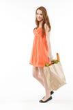 Belle jeune femme marchant avec des achats Images stock