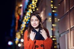 Belle jeune femme marchant dans la ville de nuit Photos stock
