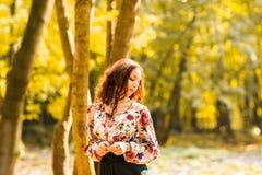 Belle jeune femme marchant dehors en automne Photographie stock libre de droits