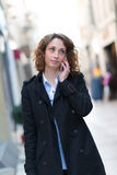 Belle jeune femme marchant en centre ville Photo stock