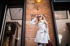 Belle jeune femme marchant sur la rue près du bâtiment de lieu de travail Images stock