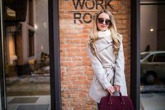 Belle jeune femme marchant sur la rue près du bâtiment de lieu de travail Photographie stock