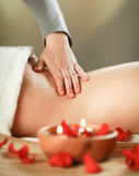 Belle jeune femme obtenant le massage de station thermale Photos stock