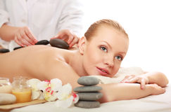 Belle jeune femme obtenant le massage de station thermale Photos libres de droits