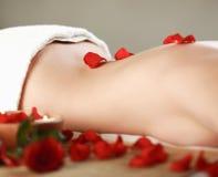 Belle jeune femme obtenant le massage de station thermale Images stock