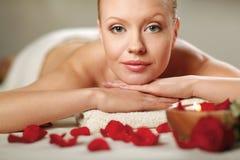 Belle jeune femme obtenant le massage de station thermale Photographie stock libre de droits