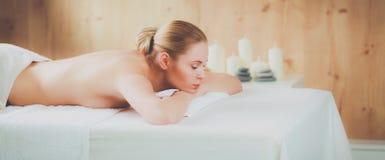 Belle jeune femme obtenant le massage de station thermale, se trouvant sur le salon photos libres de droits