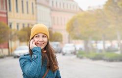 Belle jeune femme parlant au téléphone sur la rue de Wroclaw images libres de droits