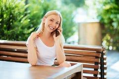 Belle jeune femme parlant sur le téléphone portable image stock