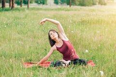 Belle jeune femme pendant la méditation et le yoga avec un sourire regardant l'appareil-photo photos libres de droits