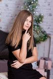 Belle jeune femme pensant à l'intérieur Photo stock