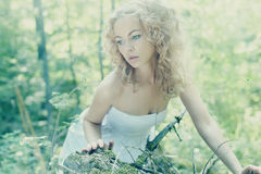 Belle jeune femme portant la robe blanche élégante se tenant sur a photographie stock