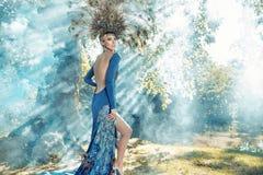 Belle jeune femme portant une robe fabuleuse image stock