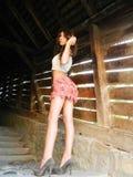 Belle jeune femme posant aux escaliers célèbres de chercheur dans Sig photos libres de droits