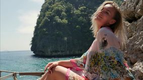 Belle jeune femme posant dans la séance photo avec la mer et les roches comme fond aux îles de Phi Phi Images stock