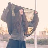 Belle jeune femme posant dans les rues de ville Images libres de droits
