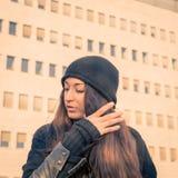 Belle jeune femme posant dans les rues de ville Photo libre de droits
