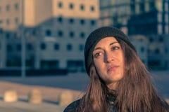 Belle jeune femme posant dans les rues de ville Photographie stock libre de droits