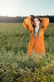 Belle jeune femme posant dans un domaine appréciez l'été photo stock