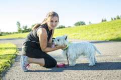 Belle jeune femme pulsant avec son chien Image stock