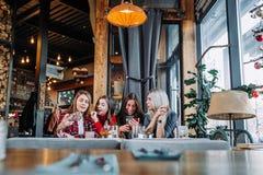 Belle jeune femme quatre faisant le selfie dans un café, filles de meilleurs amis ayant ensemble l'amusement Photos libres de droits