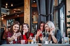 Belle jeune femme quatre faisant le selfie dans un café, filles de meilleurs amis ayant ensemble l'amusement Photo stock