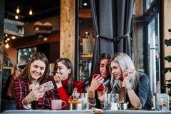 Belle jeune femme quatre faisant le selfie dans un café, filles de meilleurs amis ayant ensemble l'amusement Photographie stock