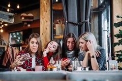 Belle jeune femme quatre faisant le selfie dans un café, filles de meilleurs amis ayant ensemble l'amusement Photo libre de droits