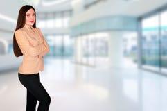 Belle jeune femme réussie d'affaires dans le bureau Image stock