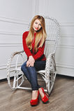 Belle jeune femme reposant dans les chaussures à la mode Jambes dans le talon haut rouge Image libre de droits