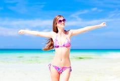Belle jeune femme restant sur la plage Photo libre de droits
