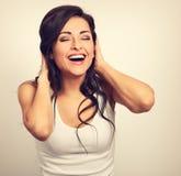 Belle jeune femme riante enthousiaste positive tenant la main photos libres de droits