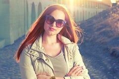 Belle jeune femme rousse avec les longs cheveux, beau maquillage avec les lèvres roses lumineuses, portant une couche mince et dr photo stock