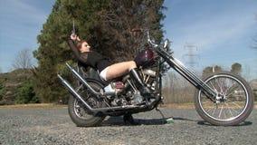 Belle jeune femme rousse reposant sur le motorcy banque de vidéos